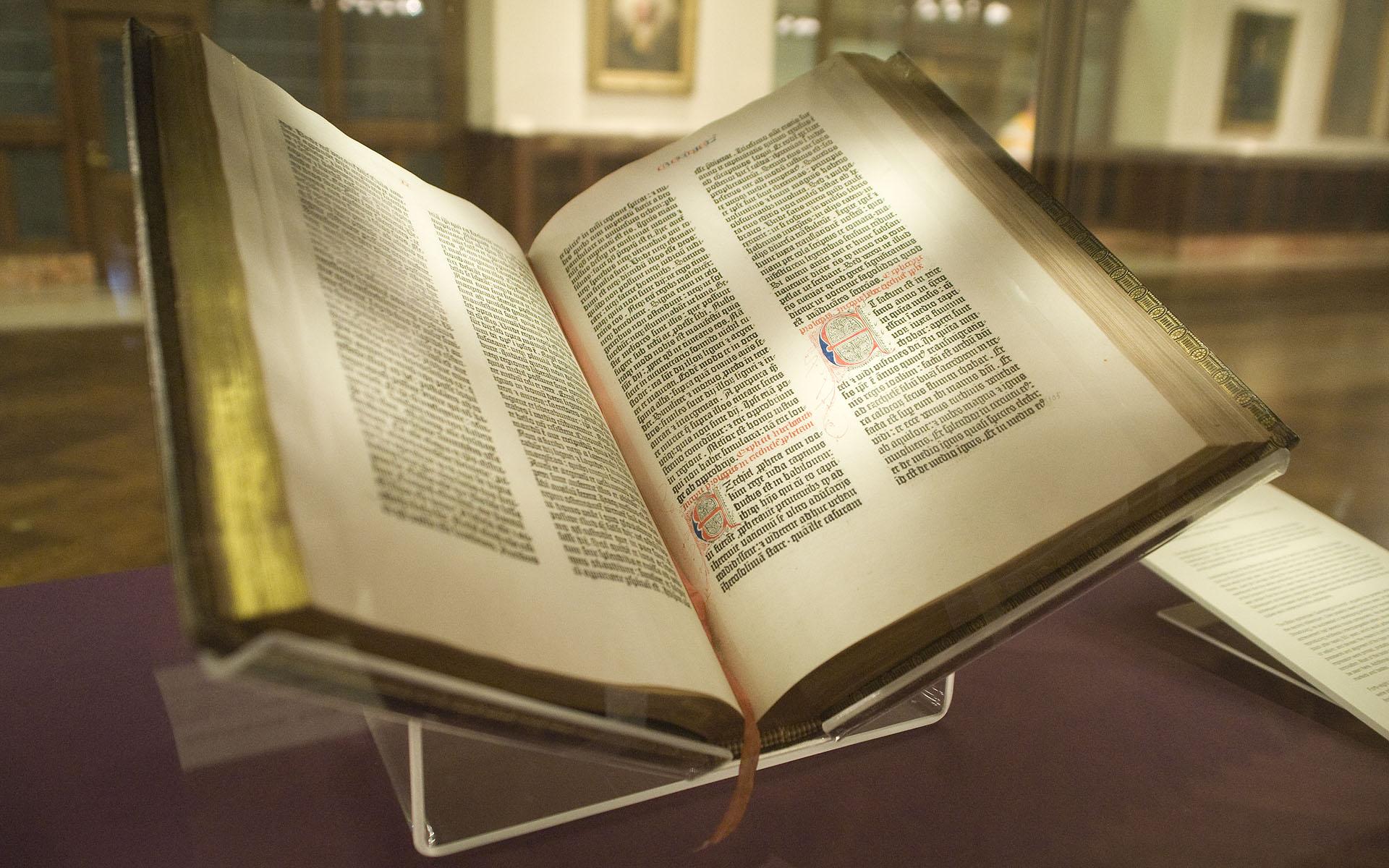 انجیل با خط مشکی در پس زمینه کاملا سفید